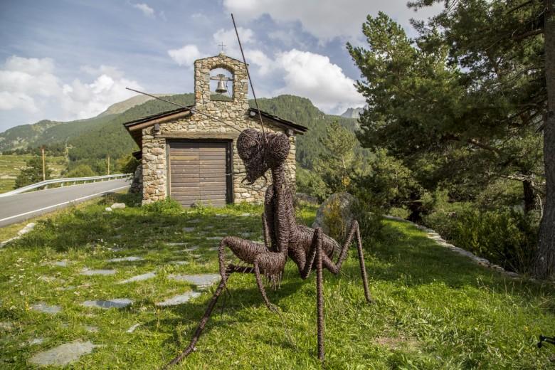 """""""Praying Mantis"""", de David Vanorbeek, al costat de la capella de Sant Jaume dels Cortals (Encamp)"""