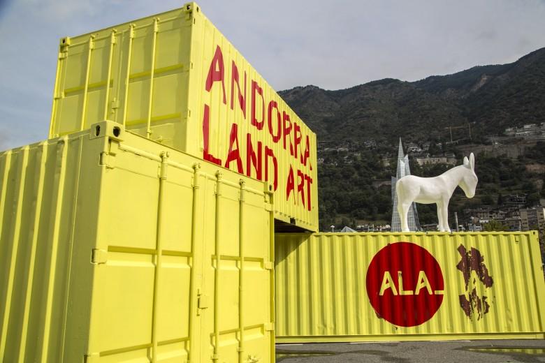 El Punt d'Informació de la Biennal, a Escaldes-Engordany, amb l'obra 'Burro' de l'artista espanyol dEmo.